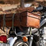 バイクに乗せて旅する為にアンティークな革トランクを購入。